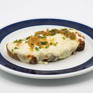 tosta de queso y cebolla caramelizada